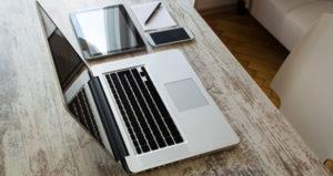 Laptop Tablet und Smartphone auf einem Schreibtisch