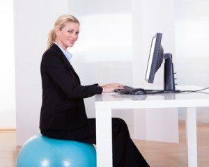 Richtige-Körperhaltung-vor-dem-Bildschirm1-300x2401