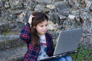 Kleines Mädchen am Laptop