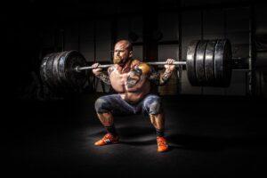Starker Mann stemmt Gewichte