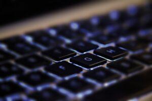 Großaufnahme Notebooktastatur blau beleuchtet
