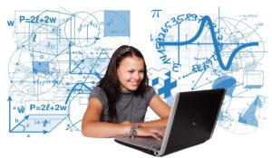 Laptop mit Schülerin, mathematische Formeln im Hintergrund